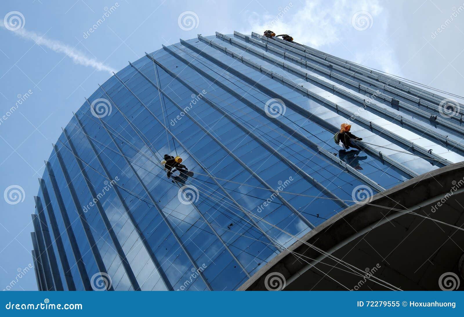 Download Азиатский подъем на здании, опасная работа работника Редакционное Изображение - изображение насчитывающей стекло, работа: 72279555