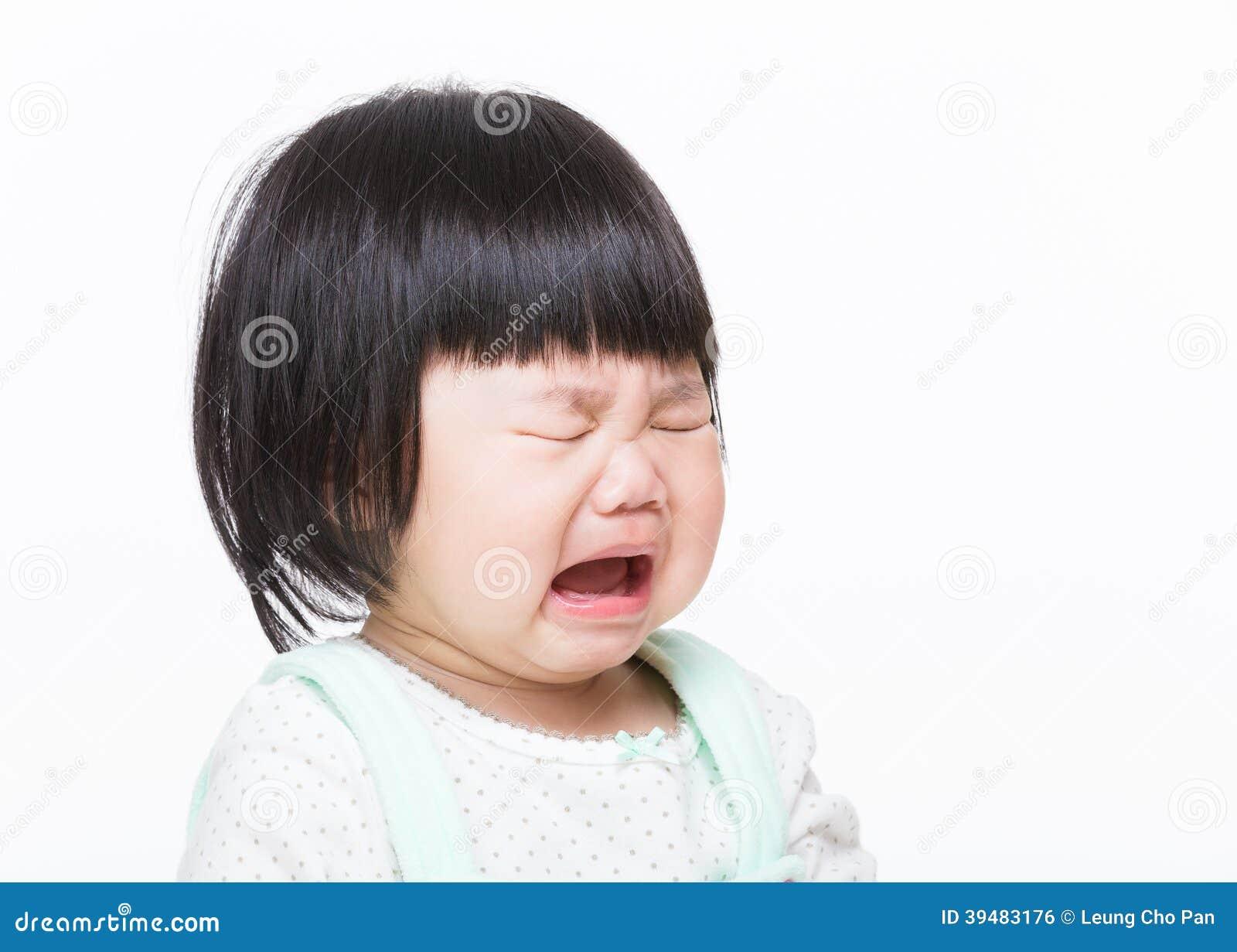 Азиатский плакать маленькой девочки