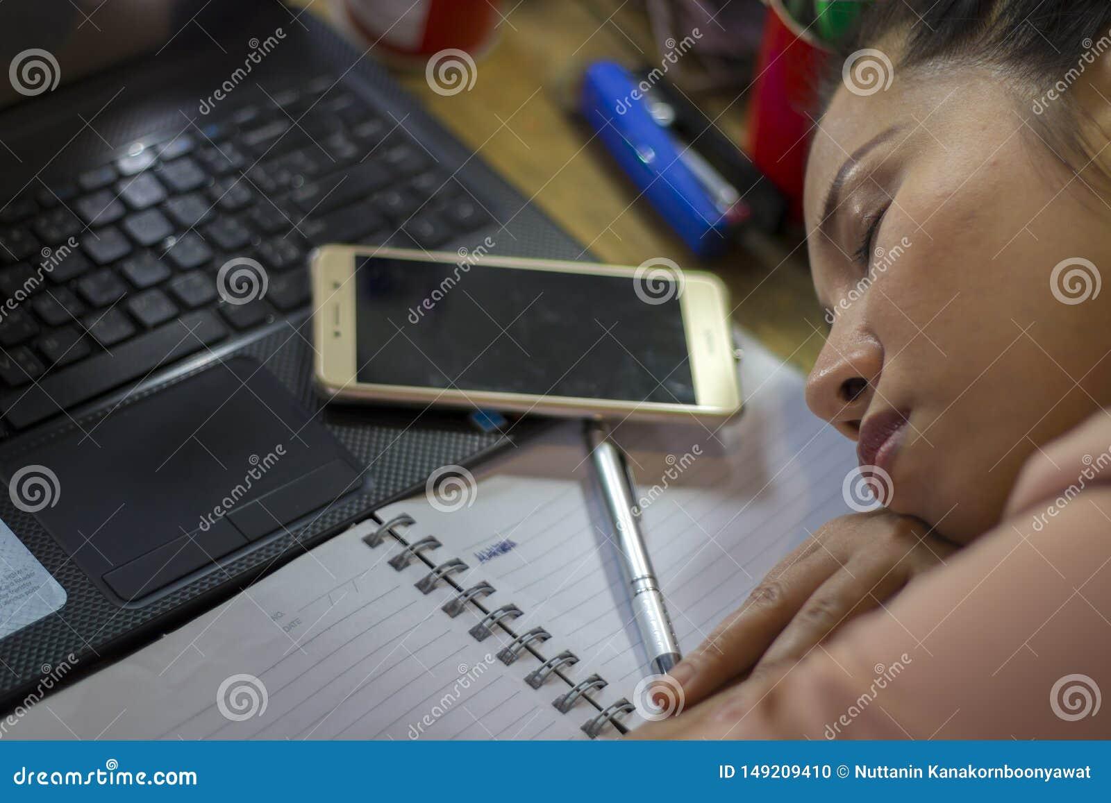 Азиатский работник женщины страдая от повреждения, усталости, боли на шеи, мышце, усилил во время работать с ноутбуком в течение