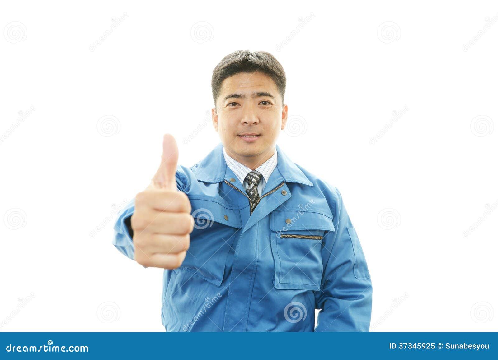 Азиатский работник показывая большие пальцы руки поднимает знак