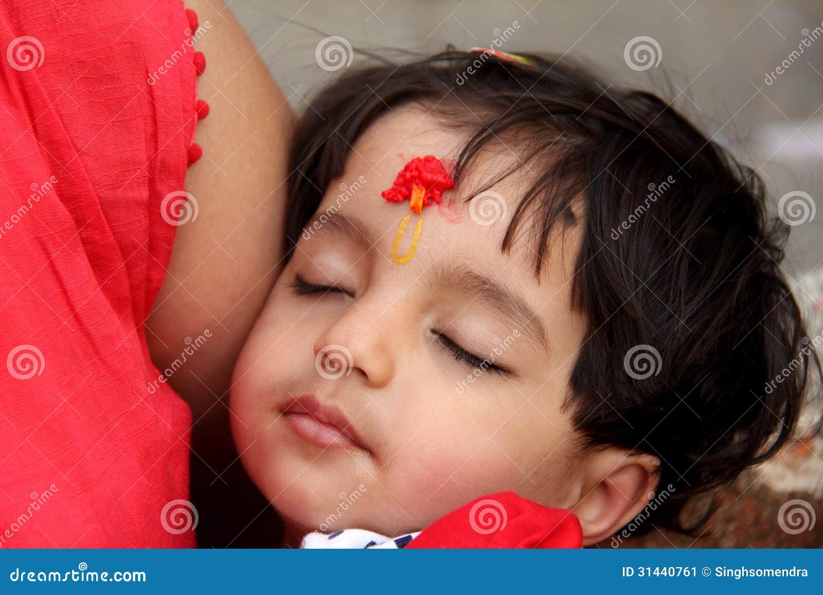 Азиатский ребенк спать на ее внапуске матерей