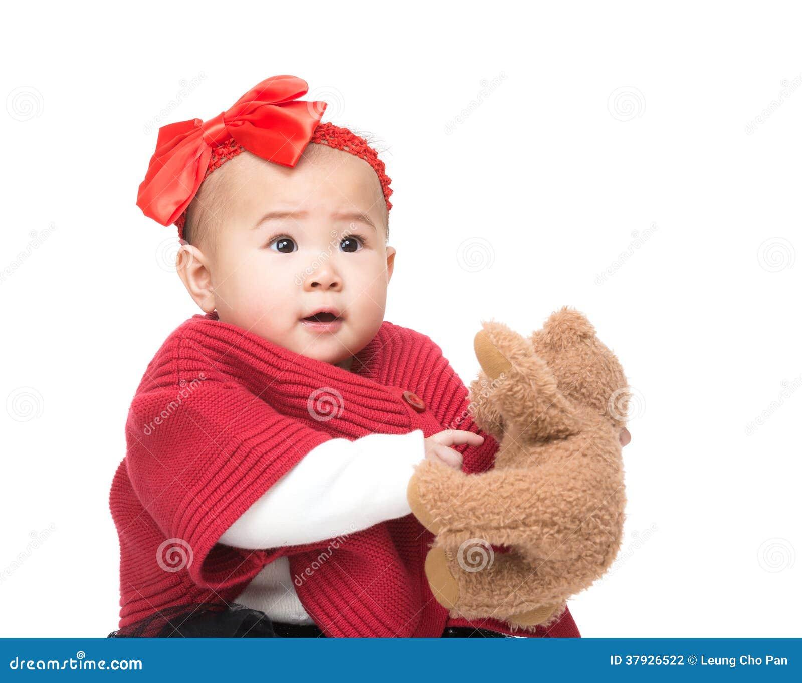 Азиатский ребёнок с куклой
