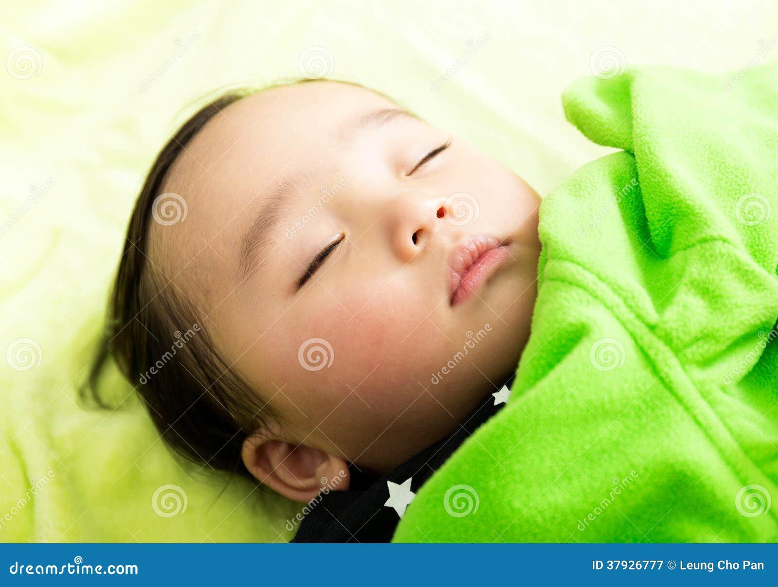 азиатский спать младенца