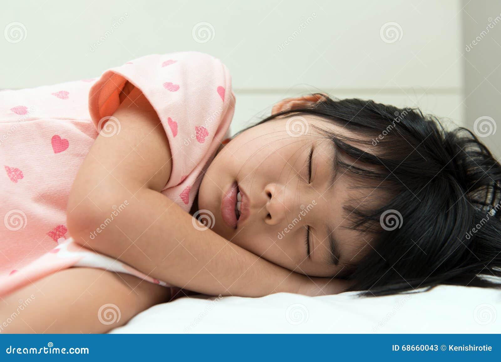 Трахнул красивую сестру пока она спала, У брата и сестры одна комната на двоих - видео ролик 19 фотография