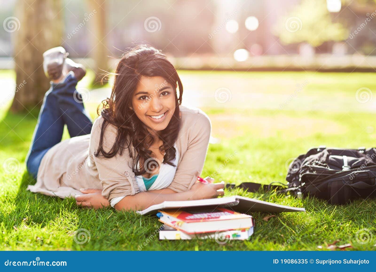 азиатский студент кампуса