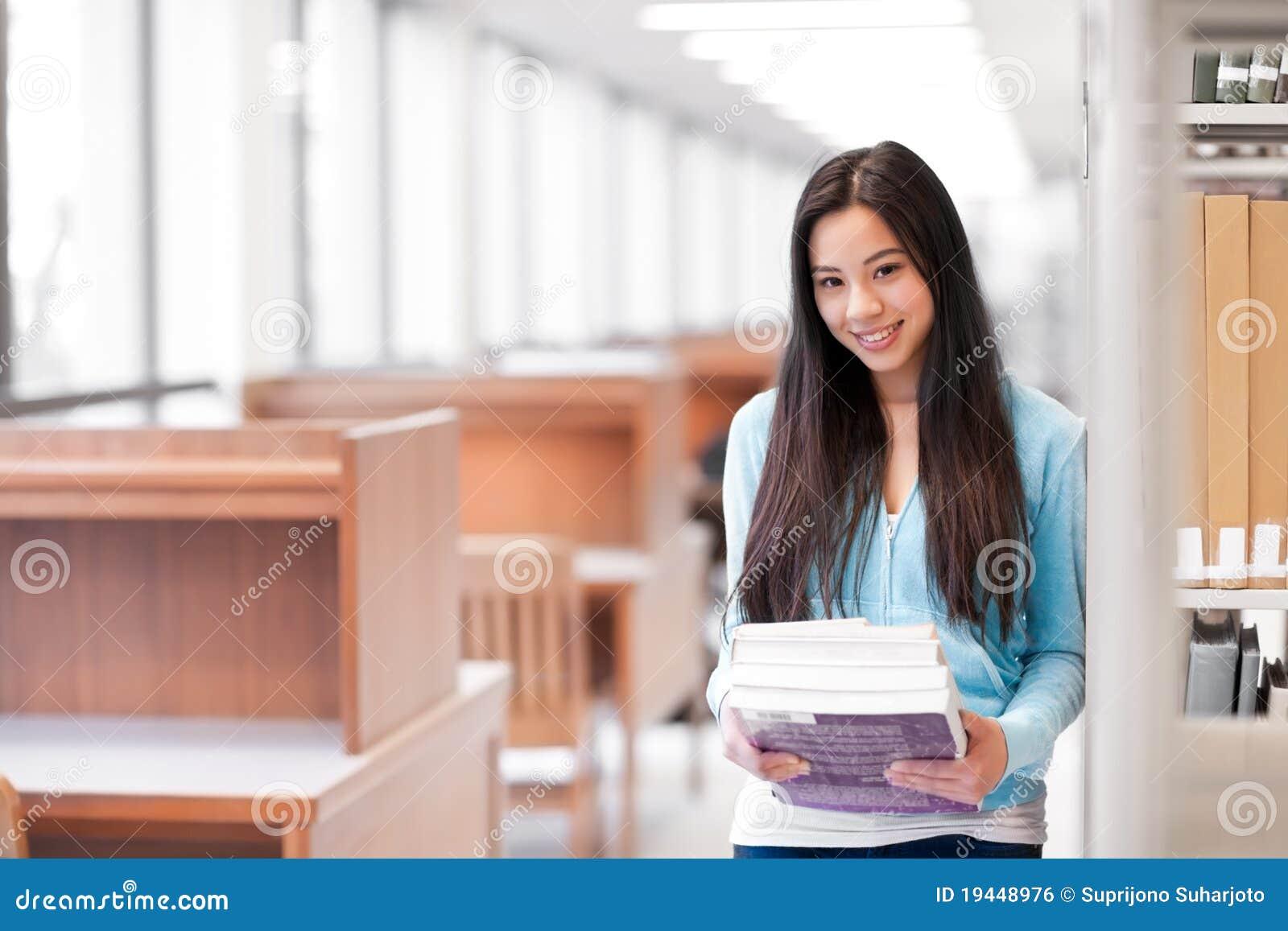 азиатский студент колледжа