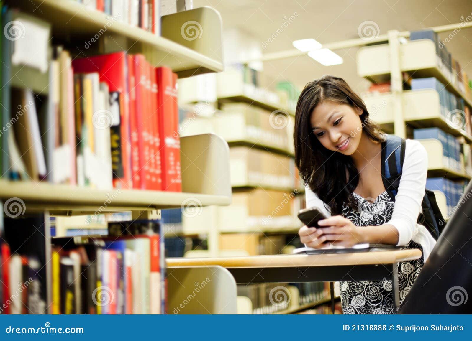 азиатский студент texting