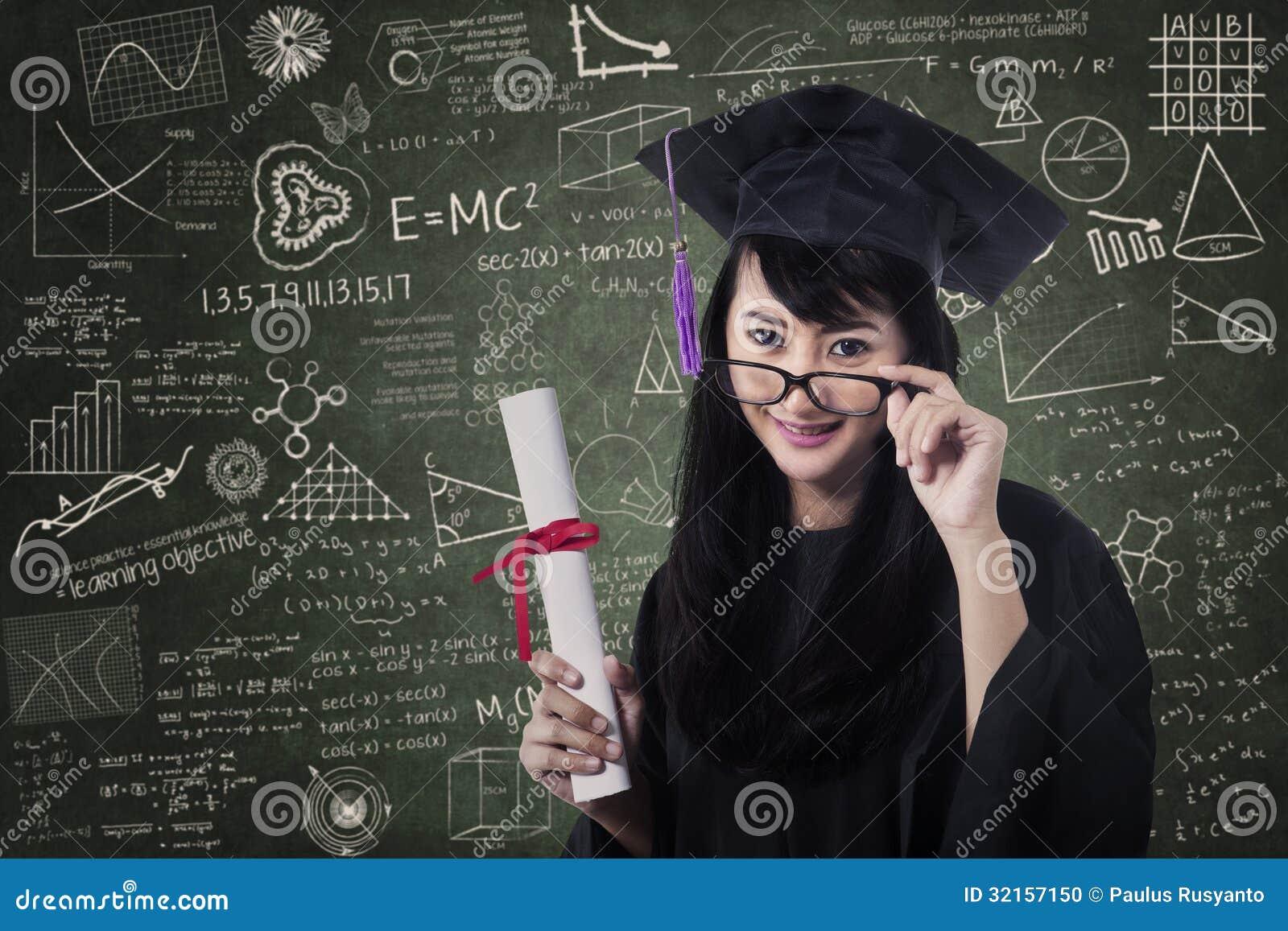 Азиатский студент-выпускник женщины в классе с сертификатом