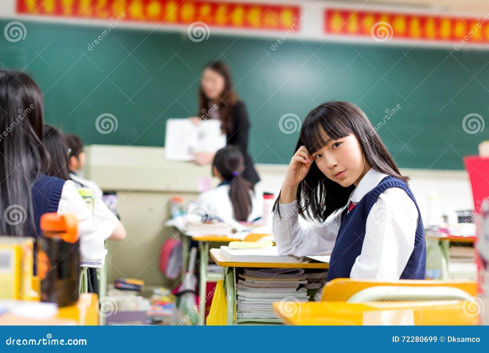 Download Азиатский студент девушки в школьной форме уча в классе Стоковое Изображение - изображение насчитывающей женщина, рука: 72280699