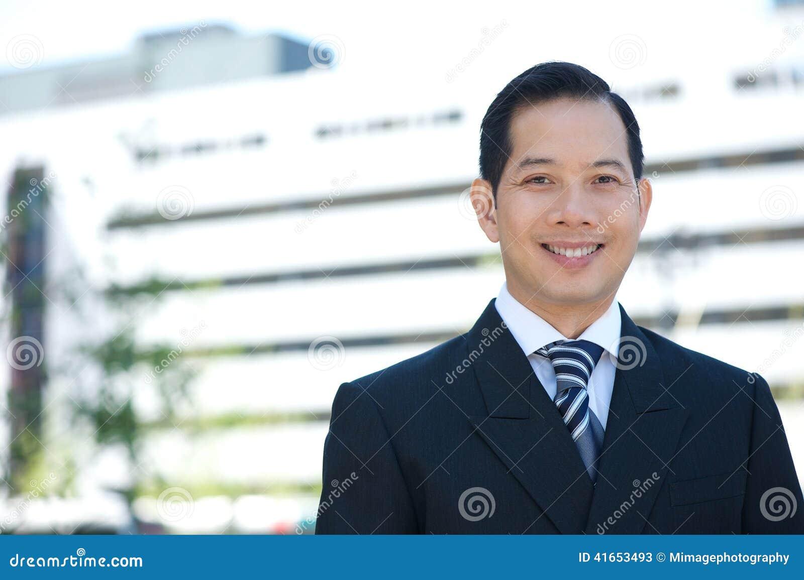 Азиатский усмехаться бизнесмена
