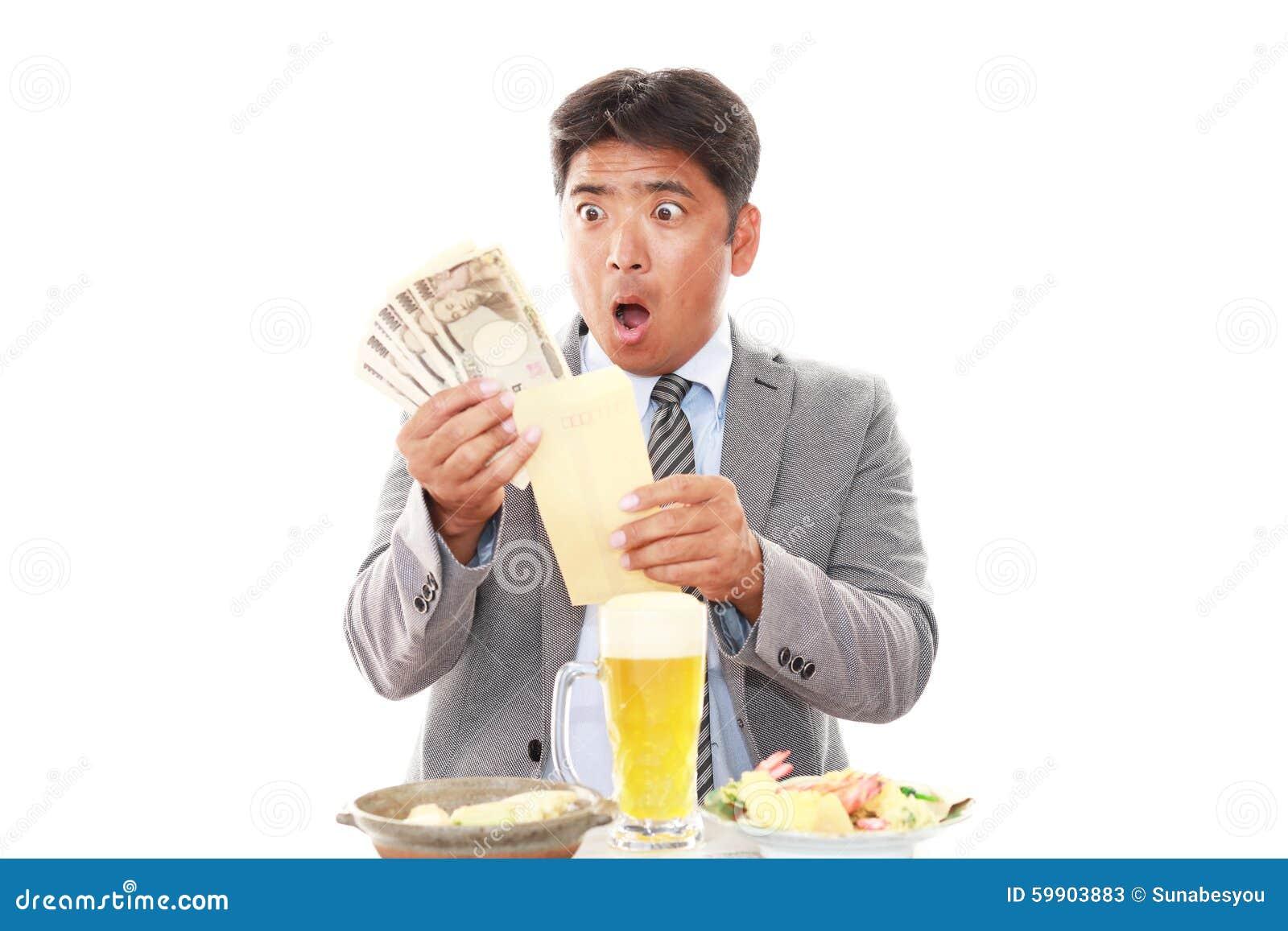 азиатский удивленный бизнесмен