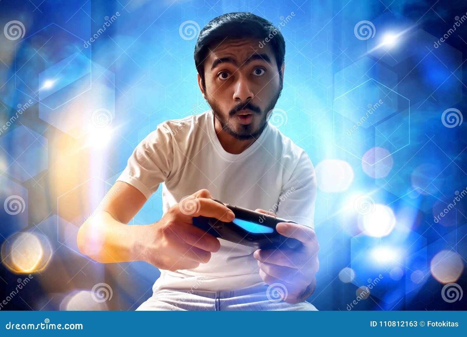 Азиатский человек играя видеоигры