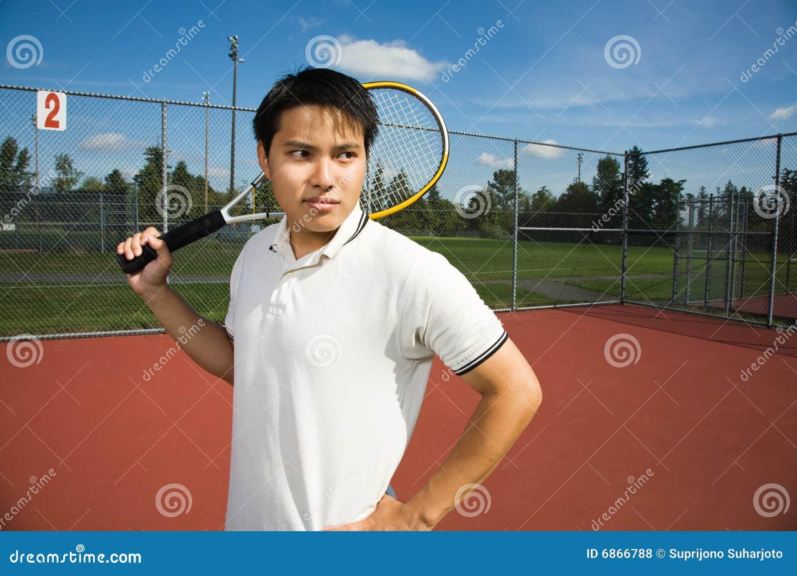 азиатский человек играя теннис
