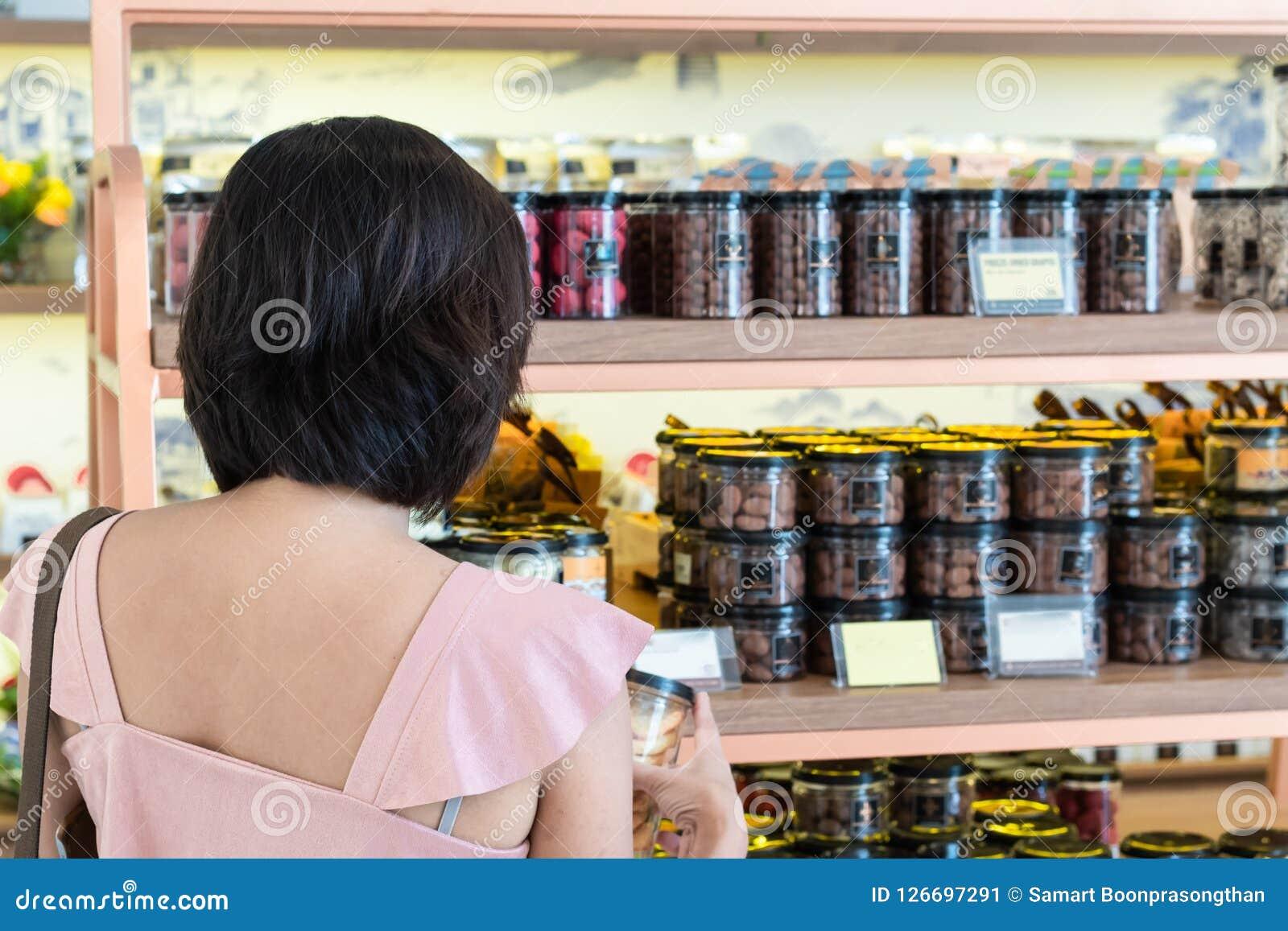 Азиатский шоколад покупки женщин в магазине