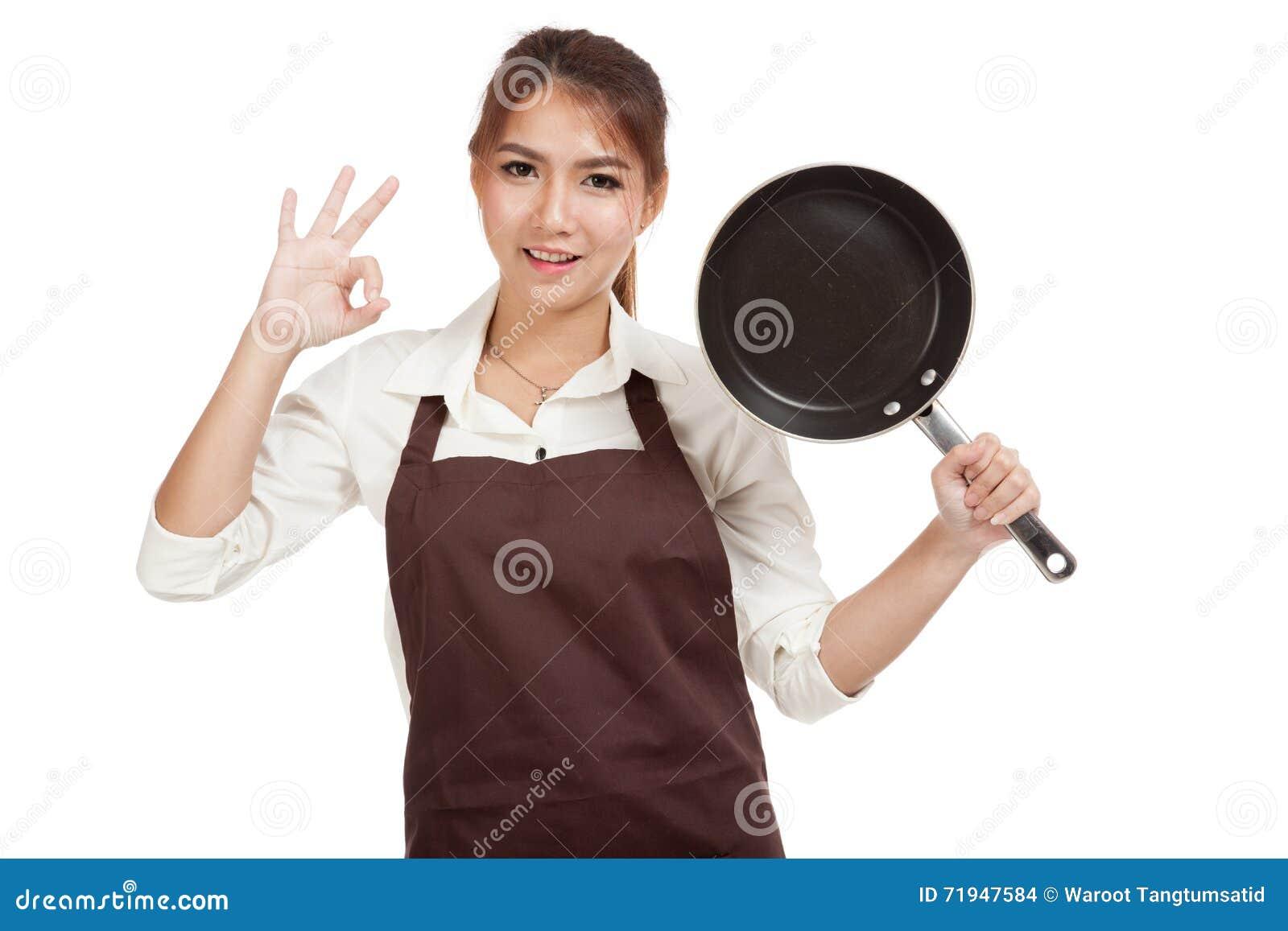 Азиатское О КЕЙ выставки кашевара девушки с сковородой