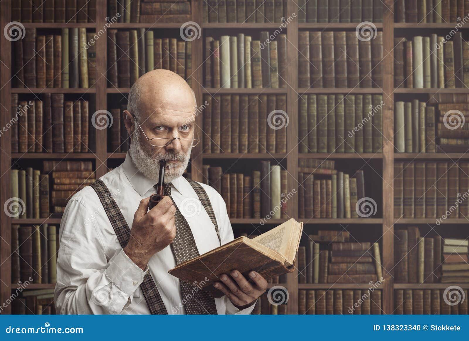 Академичный профессор в удерживании библиотеки книга