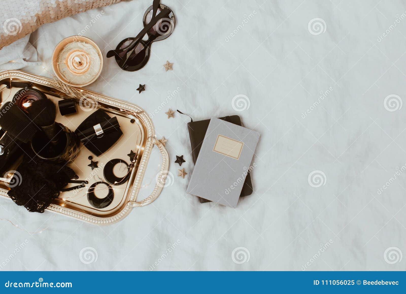 Аксессуары плоского положения роскошные над подносом золота