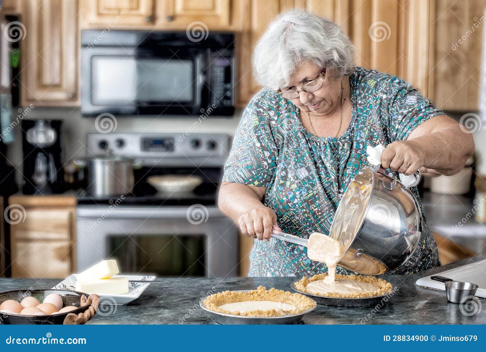 Порно мамочки дома на кухне