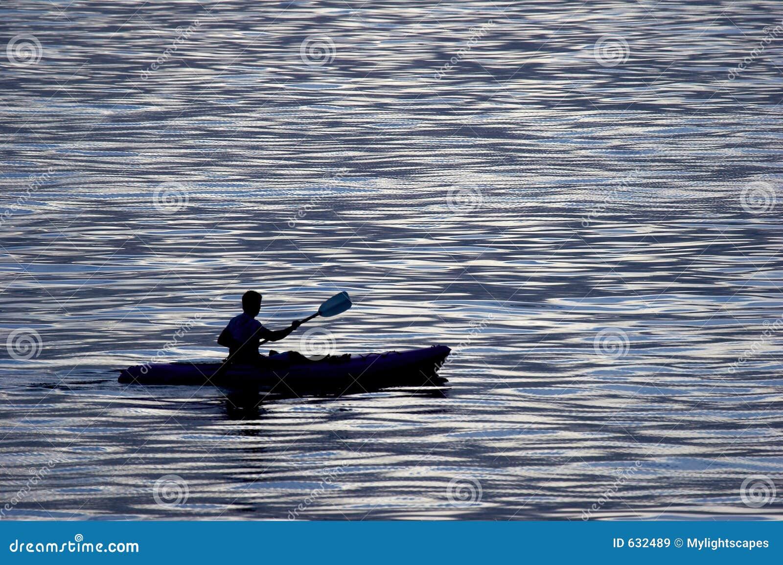 Download активные kayaking люди стоковое изображение. изображение насчитывающей облако - 632489
