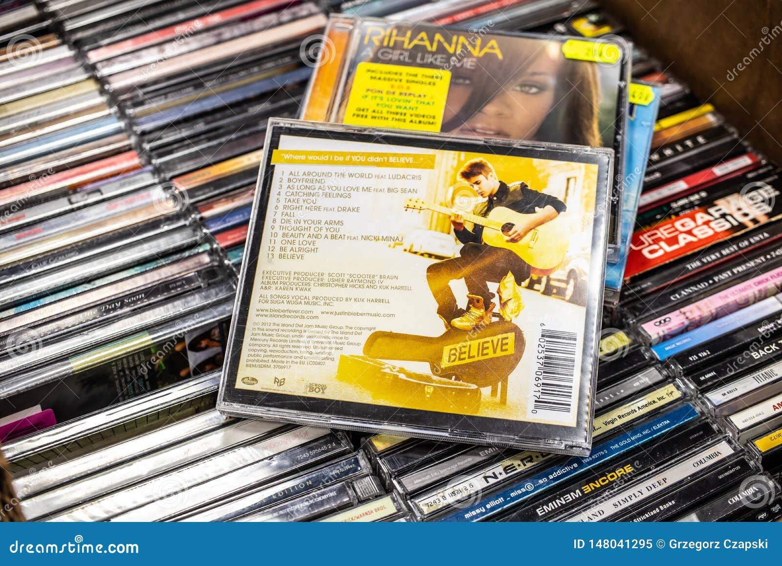 Альбом CD Джастин Bieber верит 2012 на дисплее для продажи, известных канадских певице и песеннике