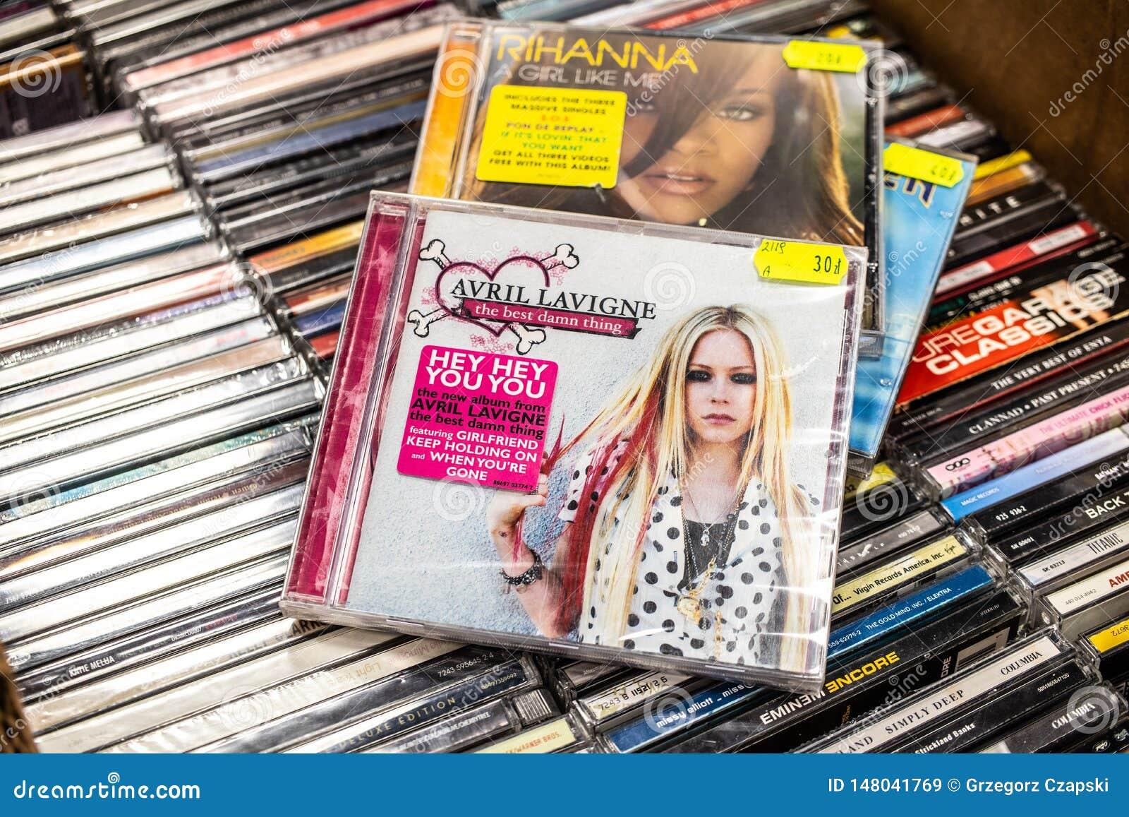 Альбом CD Avril Lavigne самая лучшая проклятая вещь 2007 на дисплее для продажи, известная канадская певица, песенник