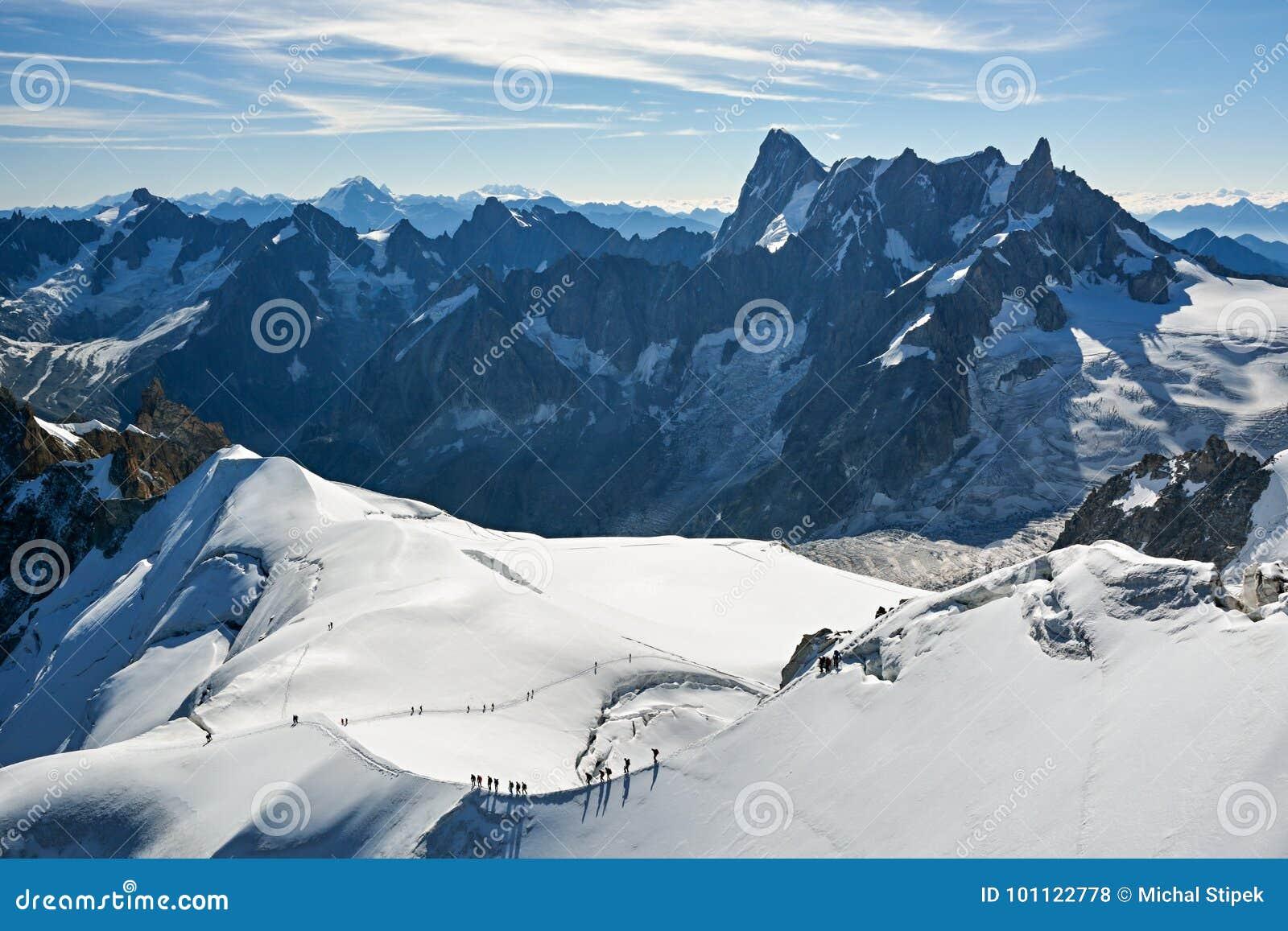 Альпинисты около Aiguille du Midi в Франции