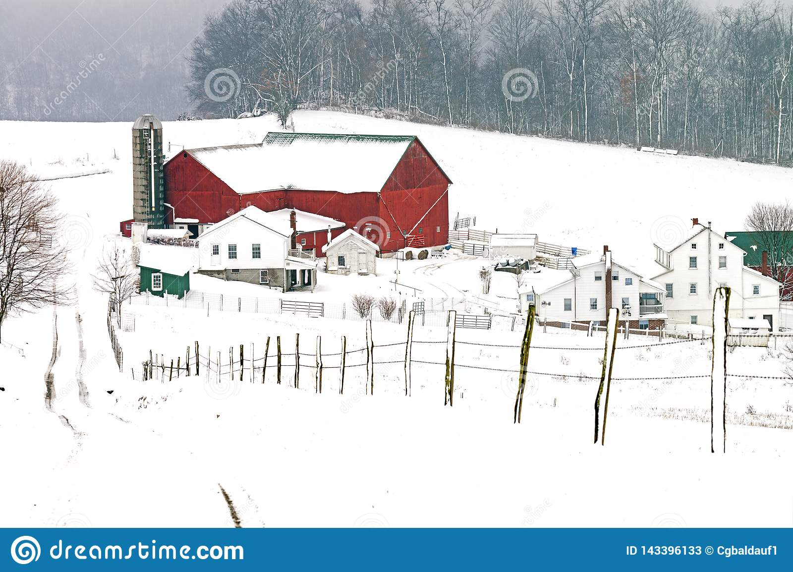 Амбар и усадьба Амишей в сельском Огайо около шарма