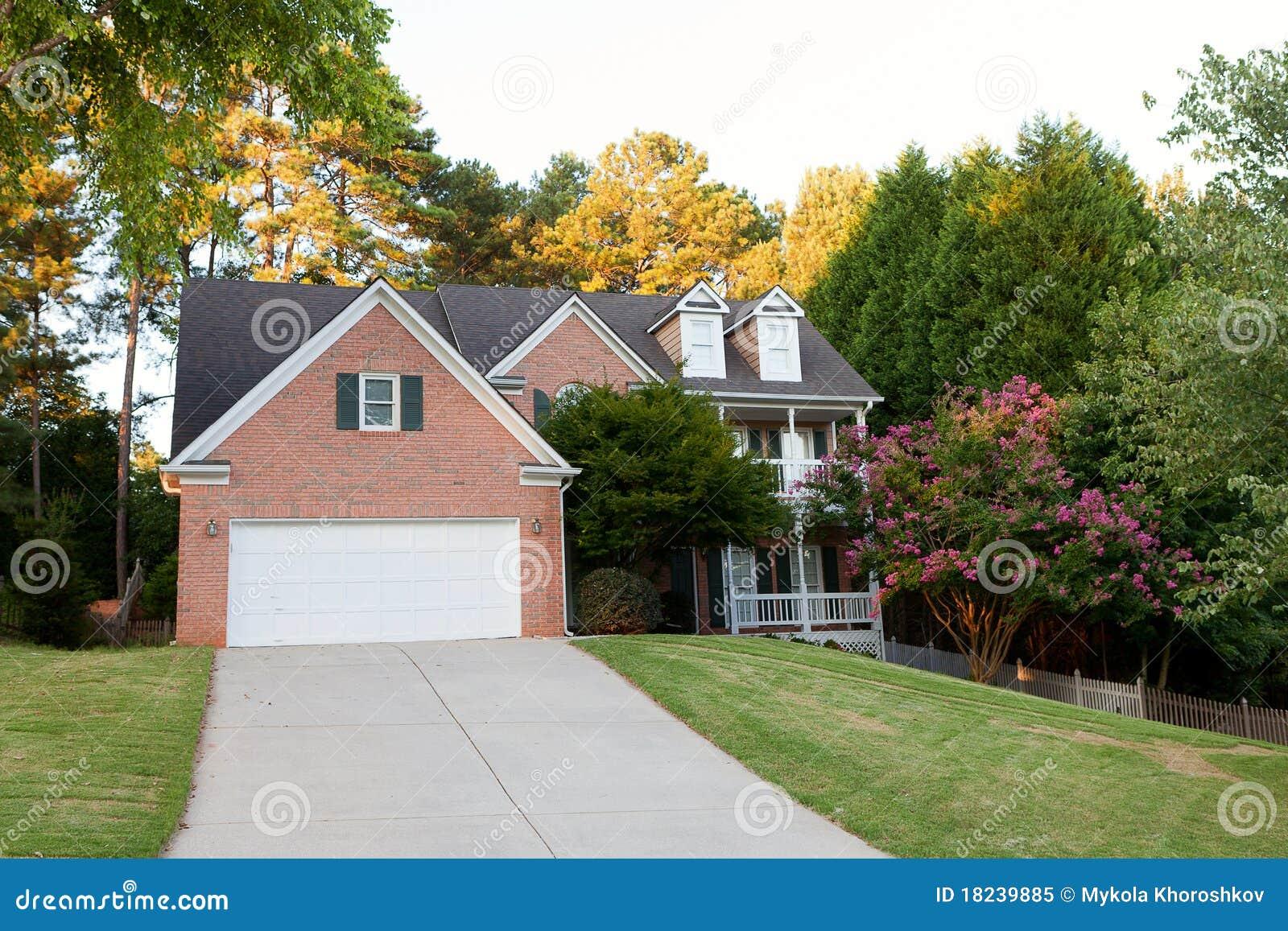 Download американская дом типичная стоковое изображение. изображение насчитывающей дверь - 18239885