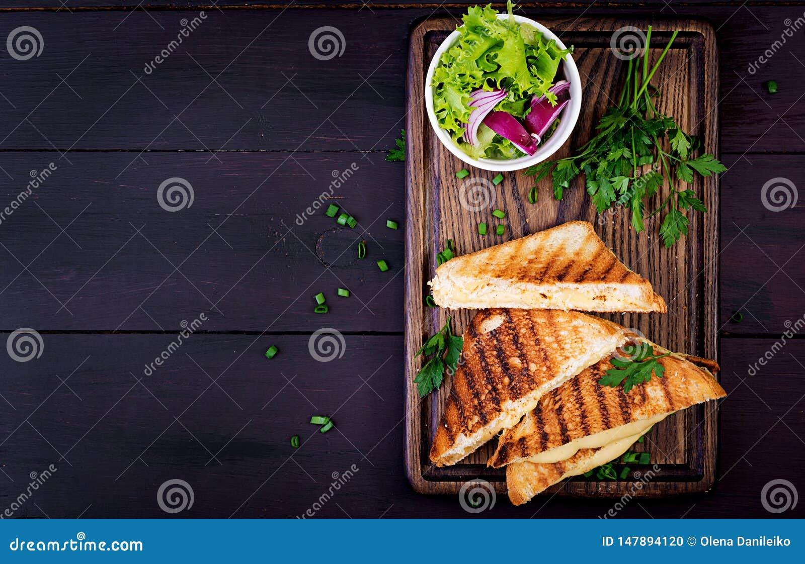 Американский горячий сэндвич сыра Домодельный зажаренный сэндвич сыра