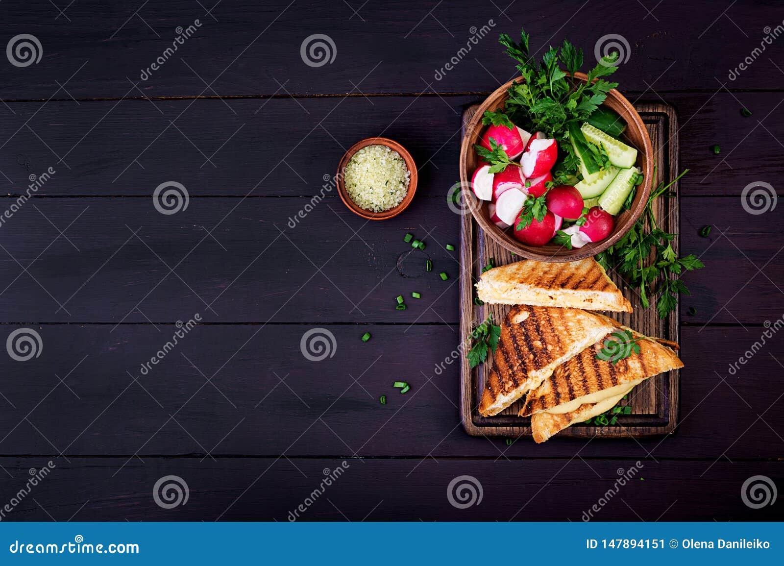 Американский горячий сэндвич сыра Домодельный зажаренный сэндвич сыра на завтрак