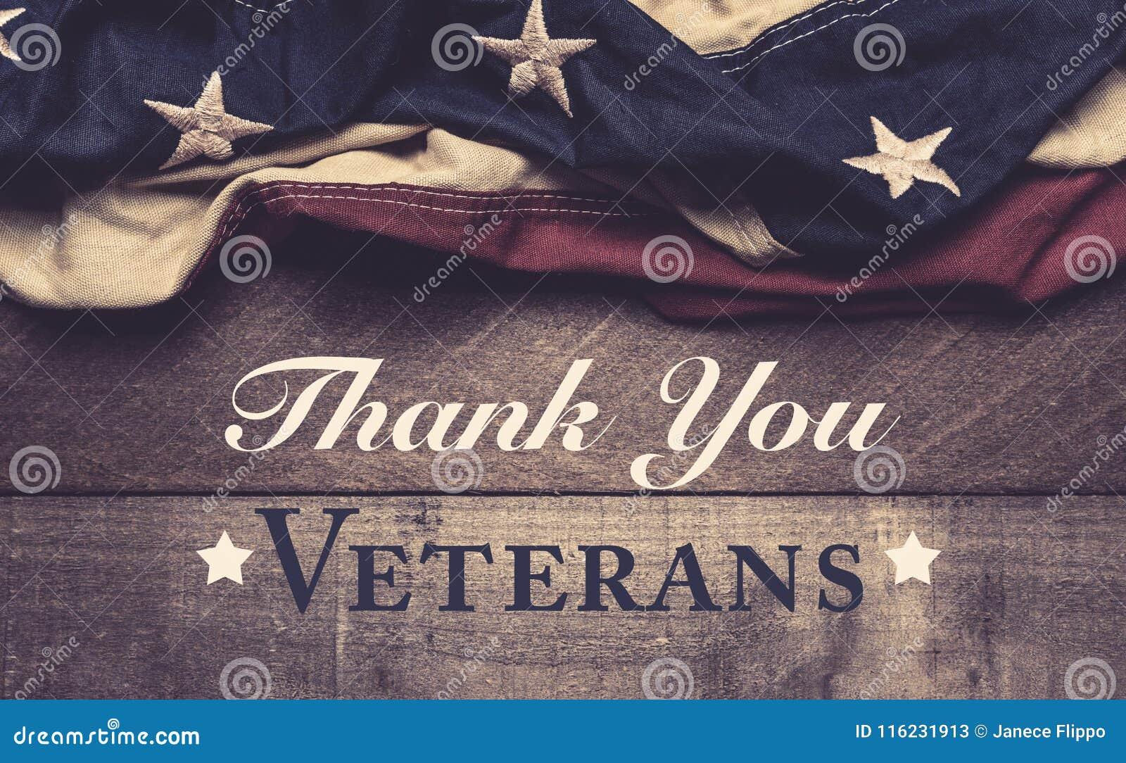 Американский флаг или овсянка на деревянной предпосылке с приветствием дня ` s ветерана