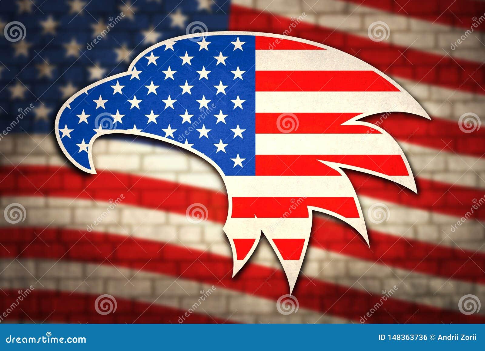 Американский флаг на кирпичной стене с патриотическими символами Соединенных Штатов Америки Голова орла перед флагом США дальше