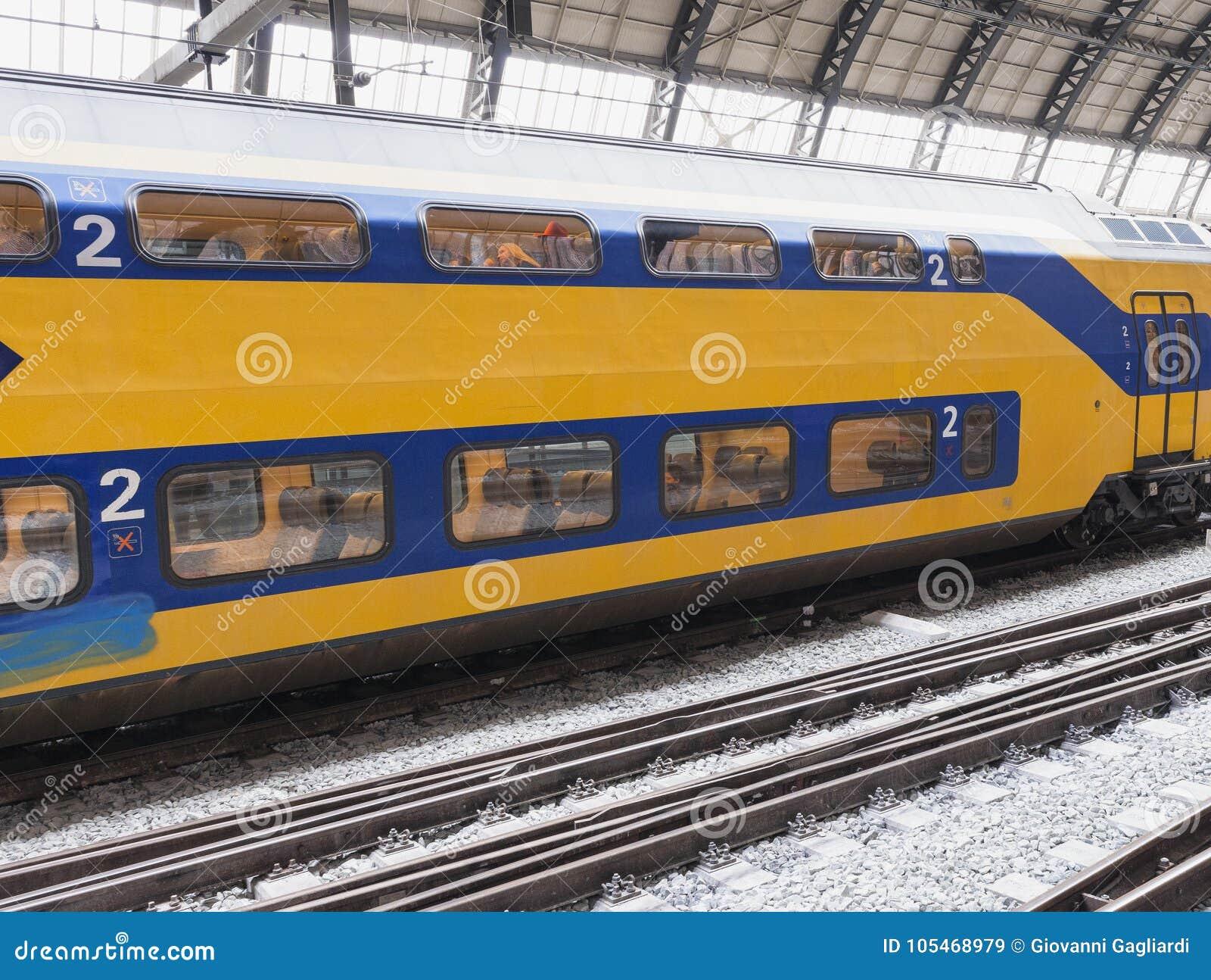 АМСТЕРДАМ - МАРТ 2013: Поезд в главном вокзале Амстердам Centraa