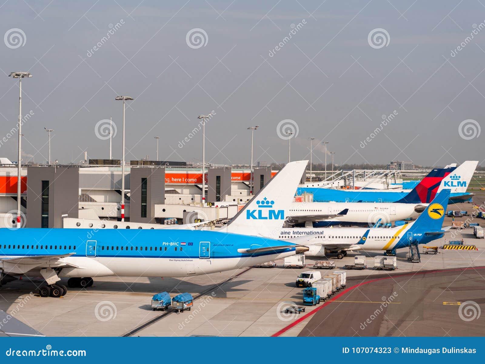 АМСТЕРДАМ, NETHERLAND - 18-ОЕ ОКТЯБРЯ 2017: Международный авиапорт Schiphol Амстердама с самолетами в предпосылке Осматривая plac