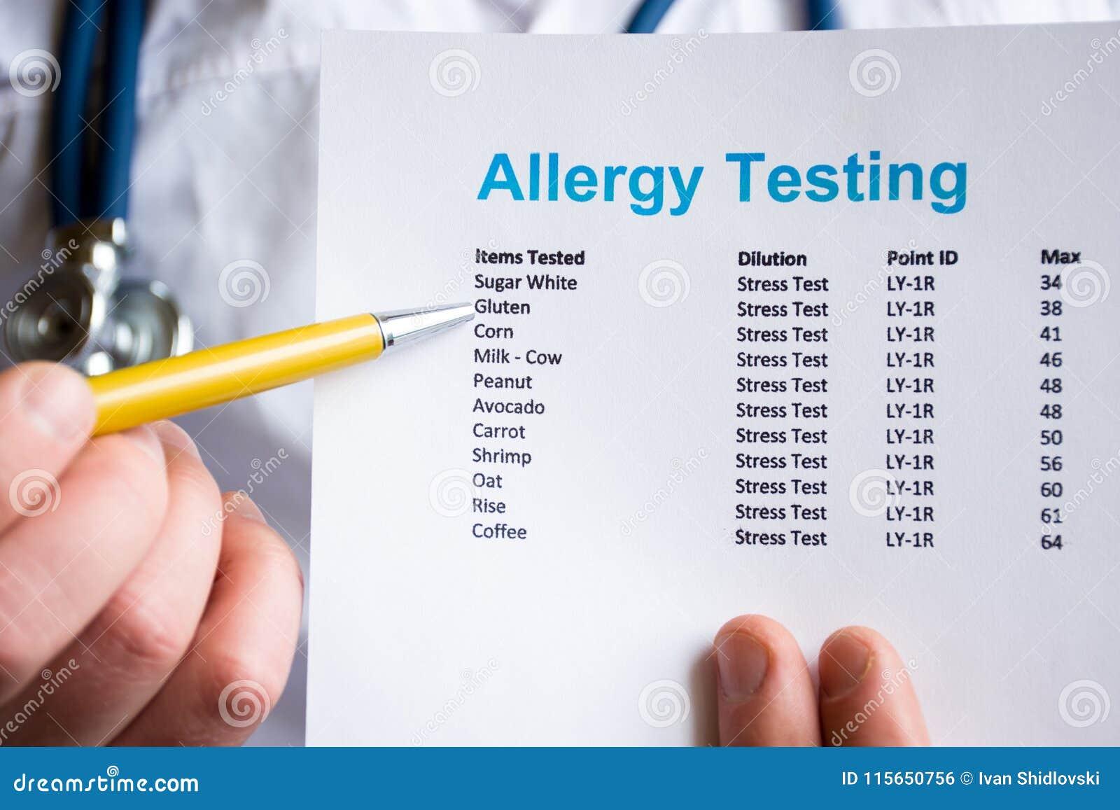 Анализ и испытание для концепции фото аллергий Врачуйте пункты с ручкой в его руке на результате терпеливого испытания аллергии в