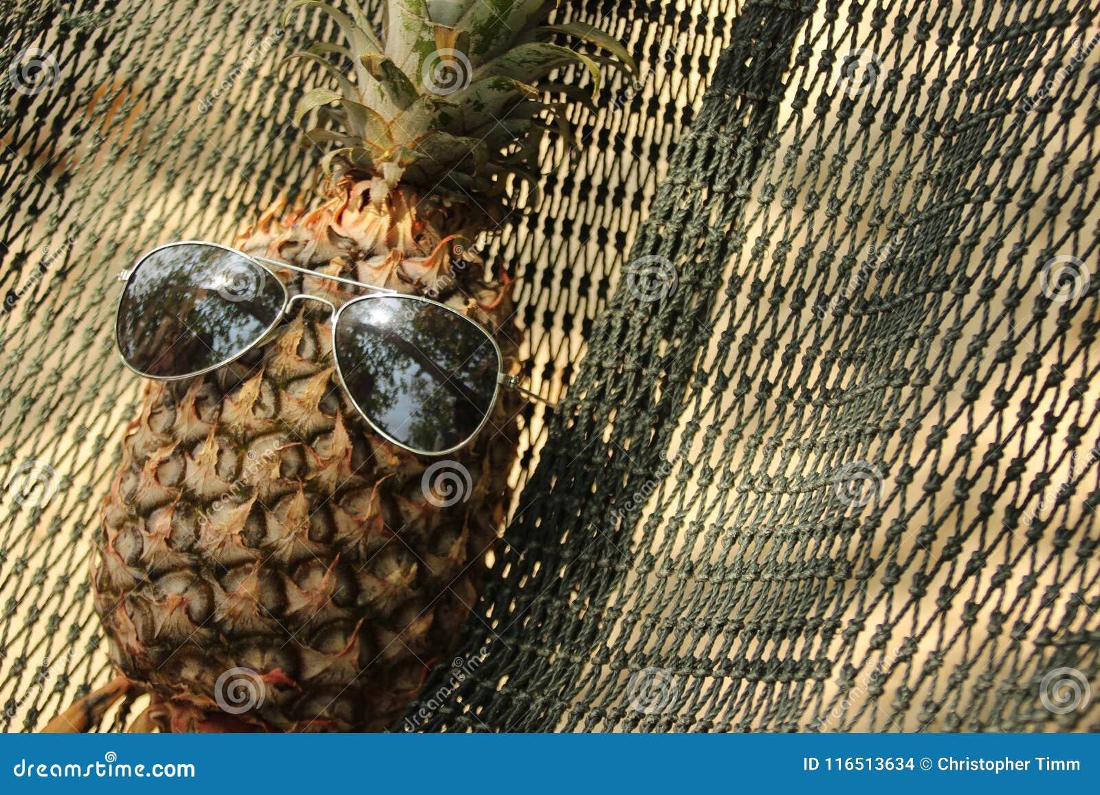 Ананас с солнечные очки