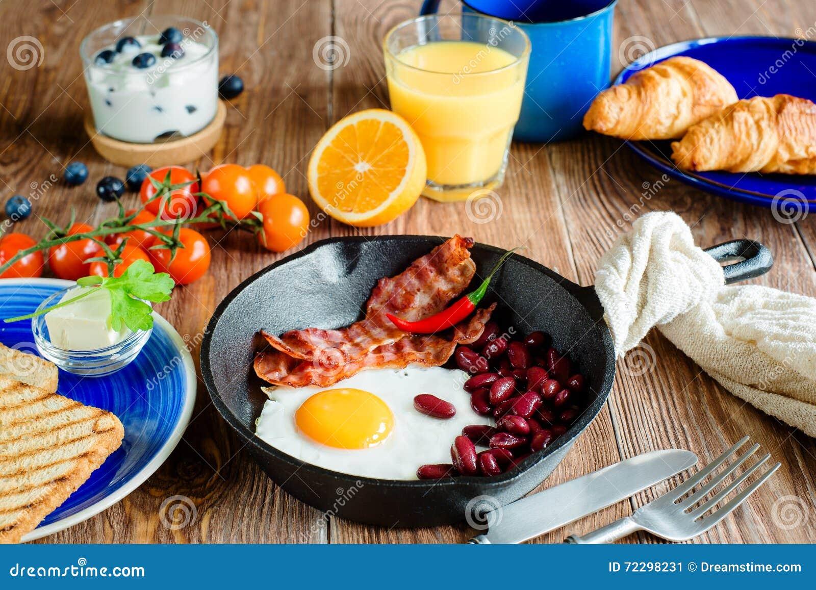 Download Английский завтрак в деревенском стиле Стоковое Изображение - изображение насчитывающей стекло, плита: 72298231