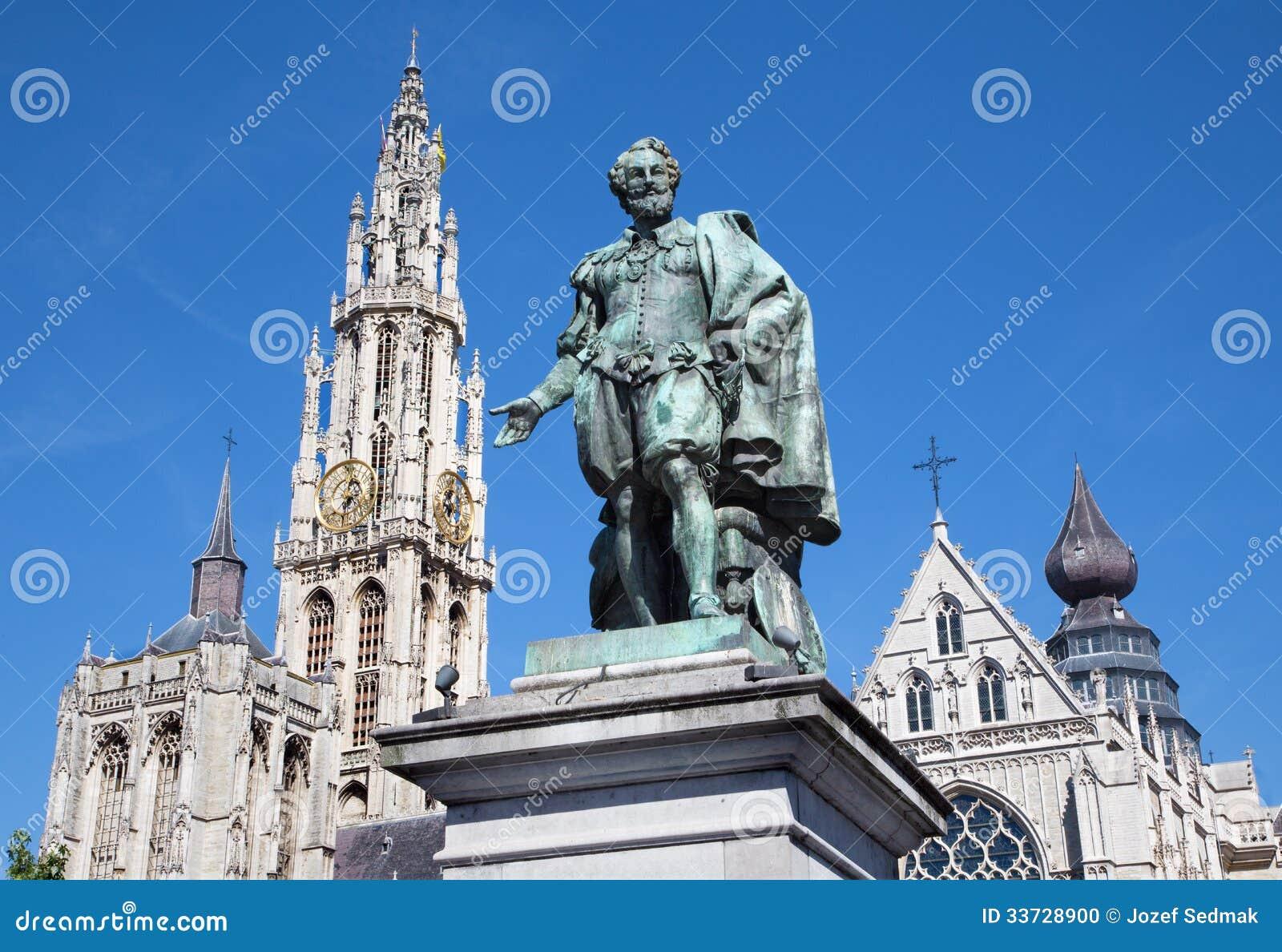 Антверпен - статуя колеривщика P.P. Rubens и башни собора