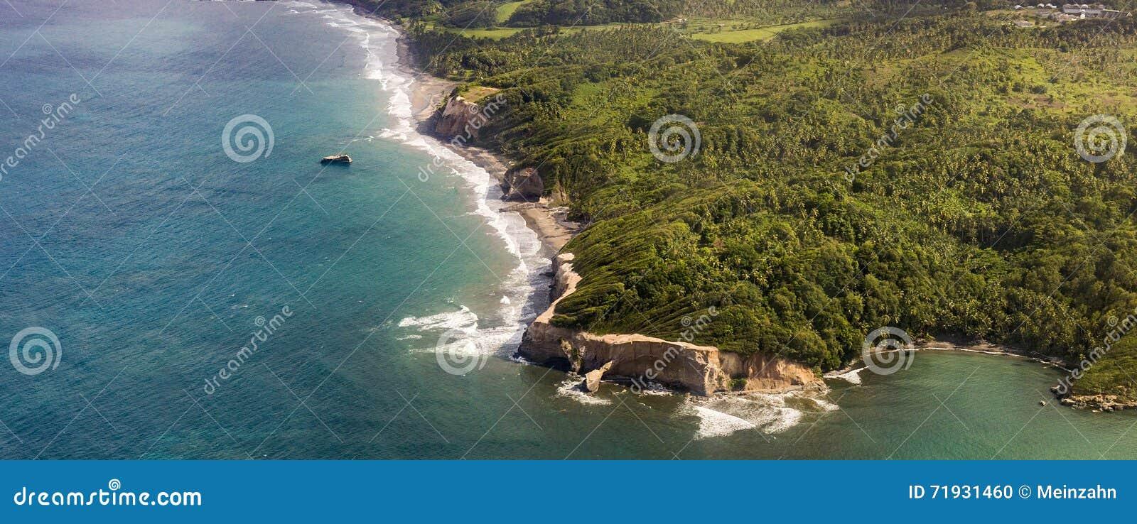Антенна джунглей, побережья и океана в Доминике