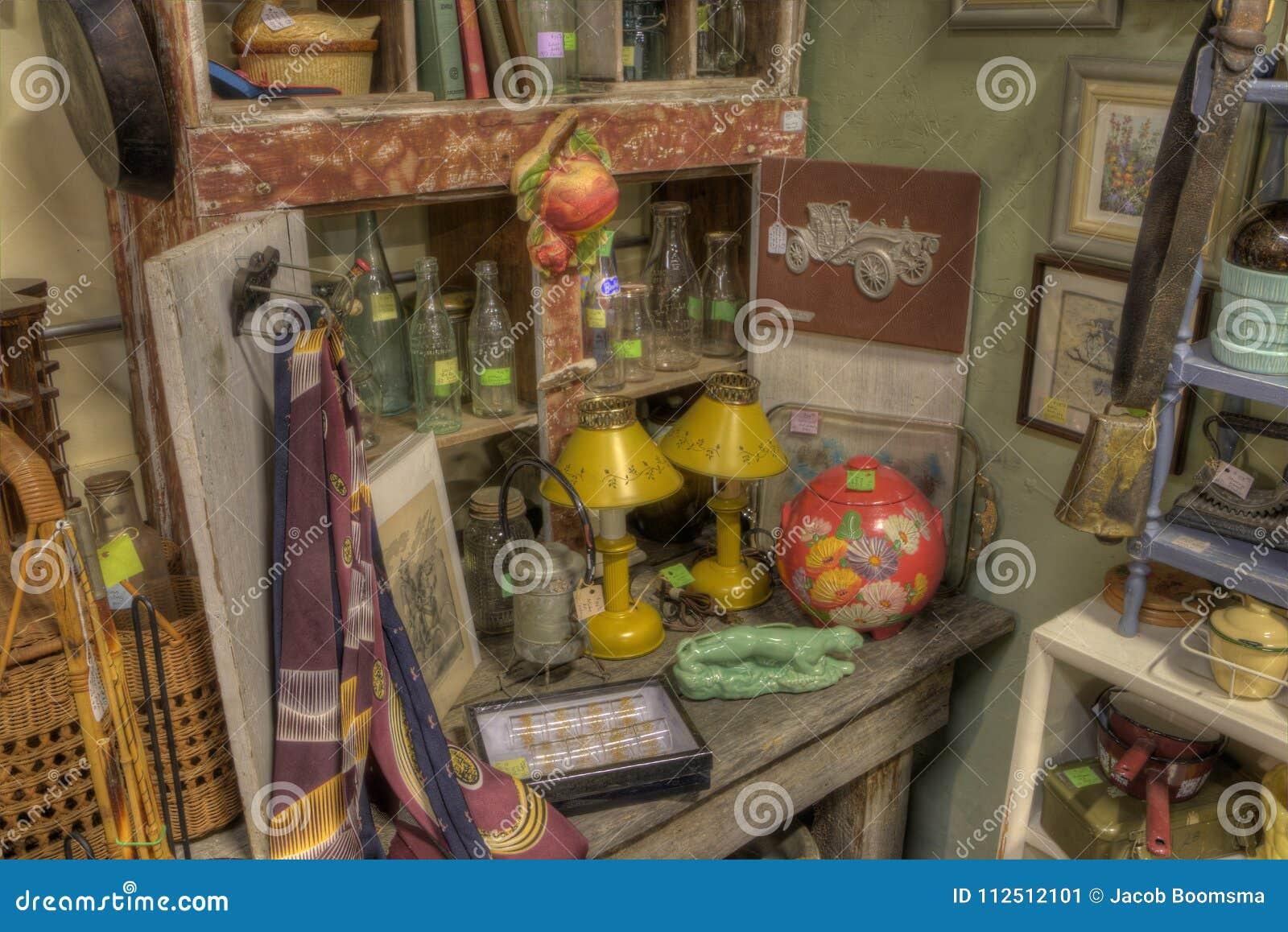Антиквариаты для продажи в магазине