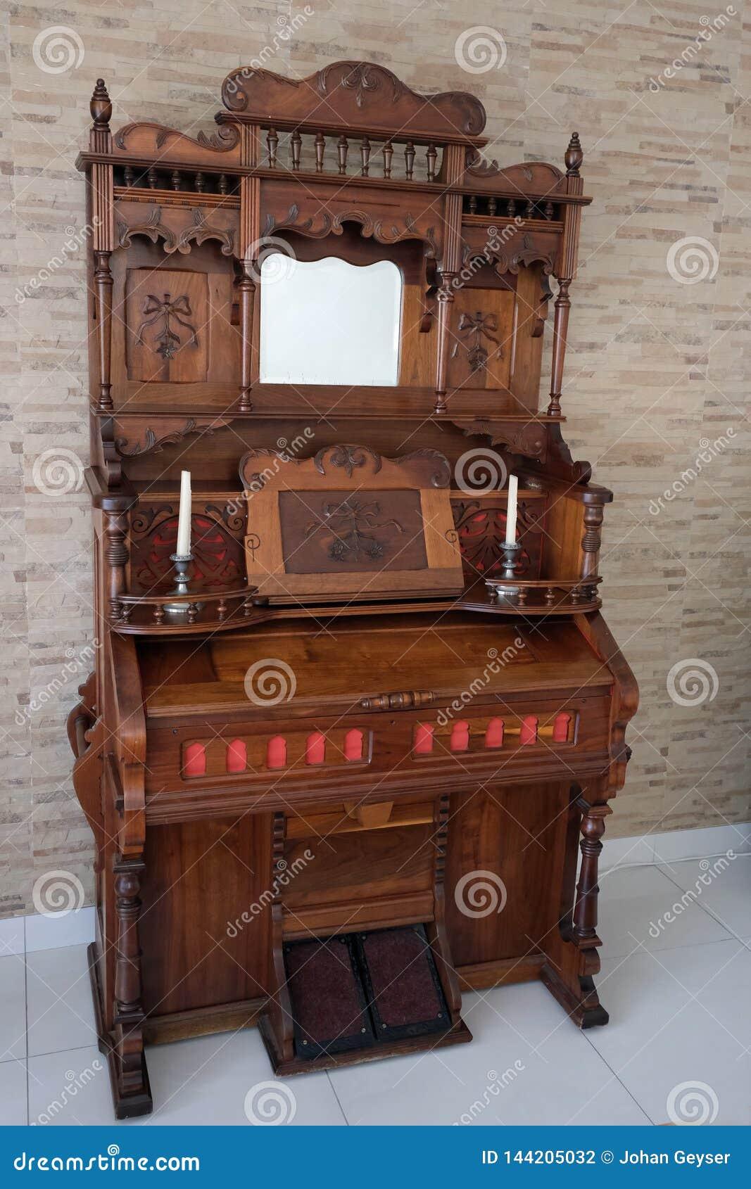 Античной эксплуатируемый педалью орган церков