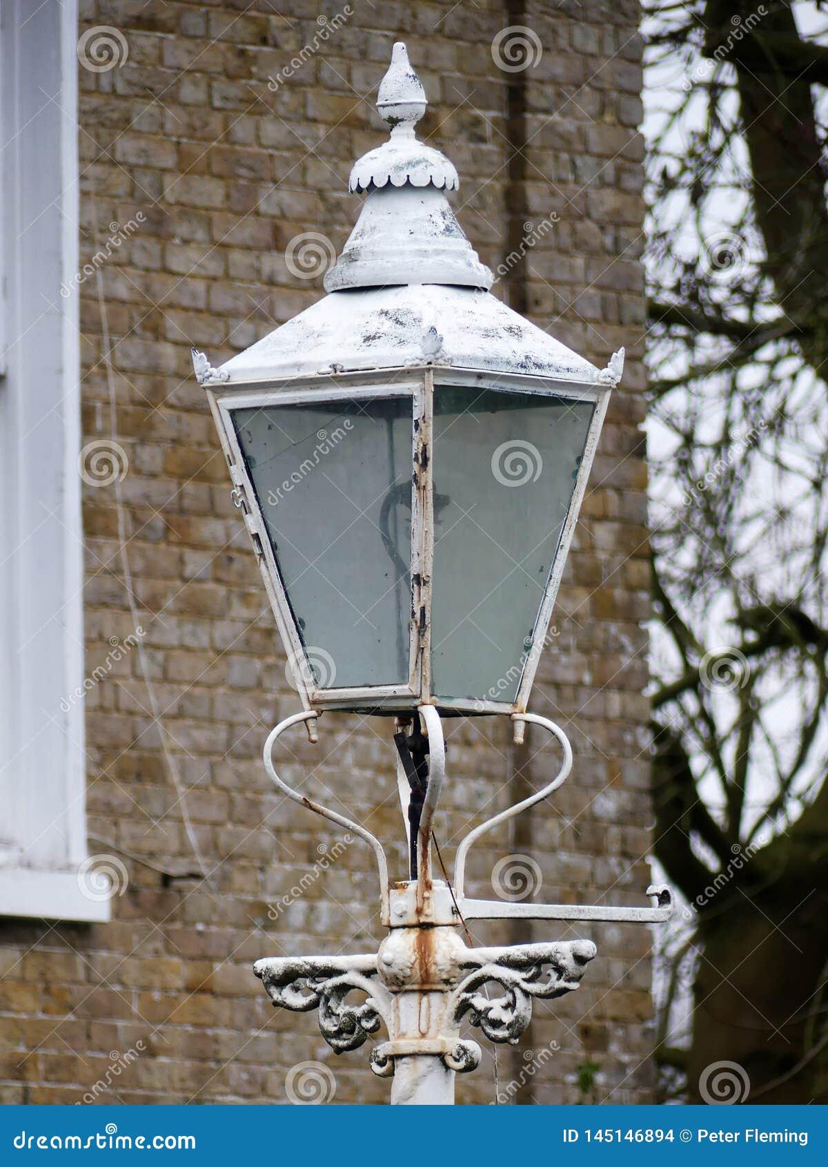 Античный белый уличный фонарь вне дома