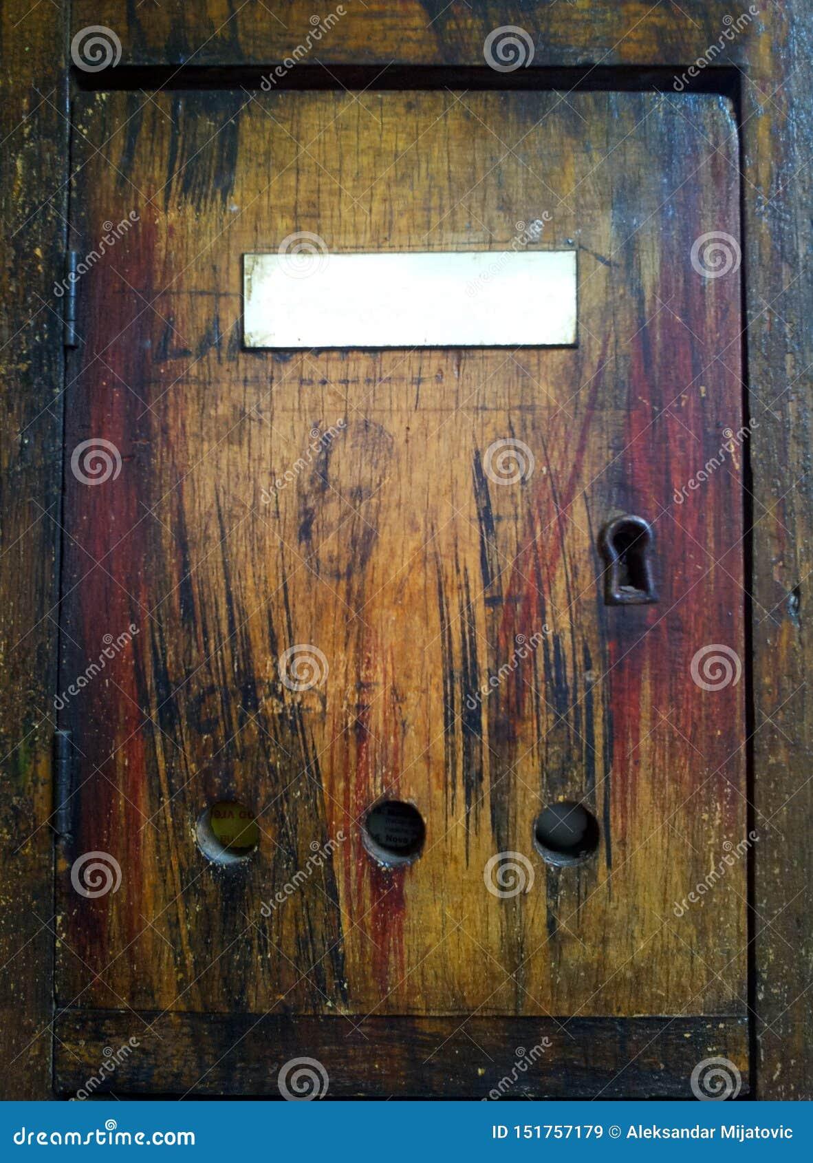 Античный деревянный почтовый ящик
