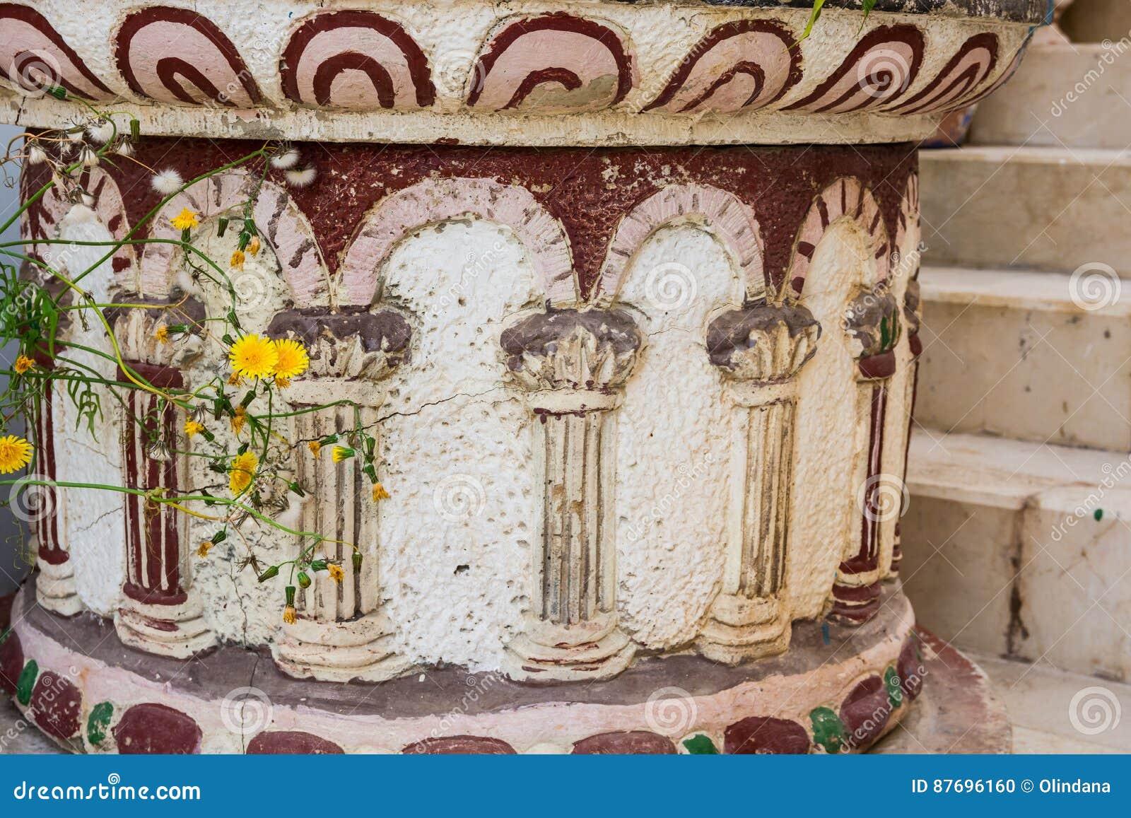 Античный каменный цветочный горшок пола в греческом или римском стиле с орнаментом штендера