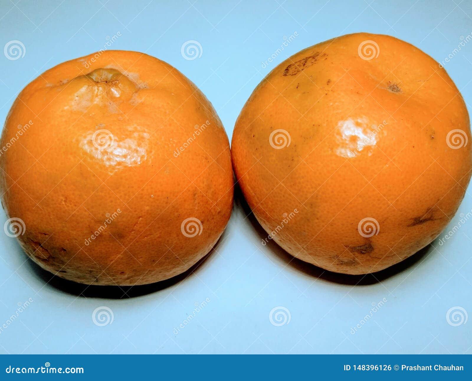 Апельсин Yallow свежий на белой предпосылке