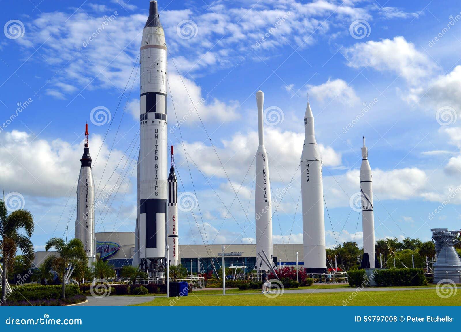 Аполлон выпускает ракету на displayin сад ракеты на космическом центре Кеннеди