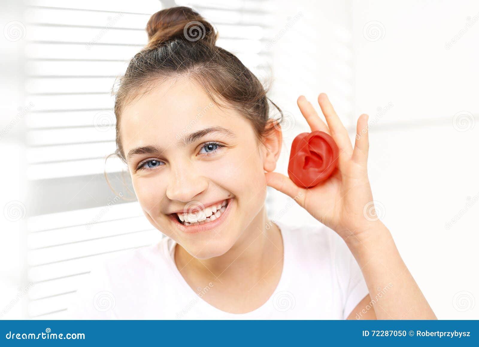 Download Аппарат для тугоухих для ребенка Стоковое Фото - изображение насчитывающей earlobe, слух: 72287050