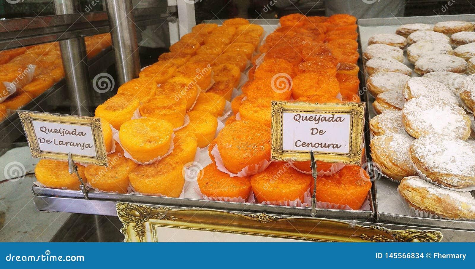 Аппетитное печенье в окне португальской пекарни в Лиссабоне