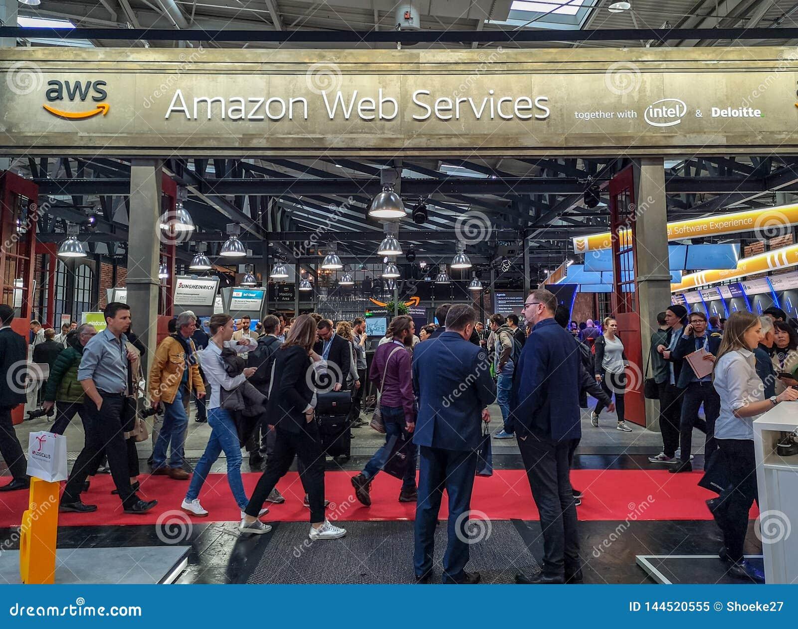 Апрель 2019 - Ганновер, Германия: Большая будочка веб-служб Амазонки на Ганновер Messe