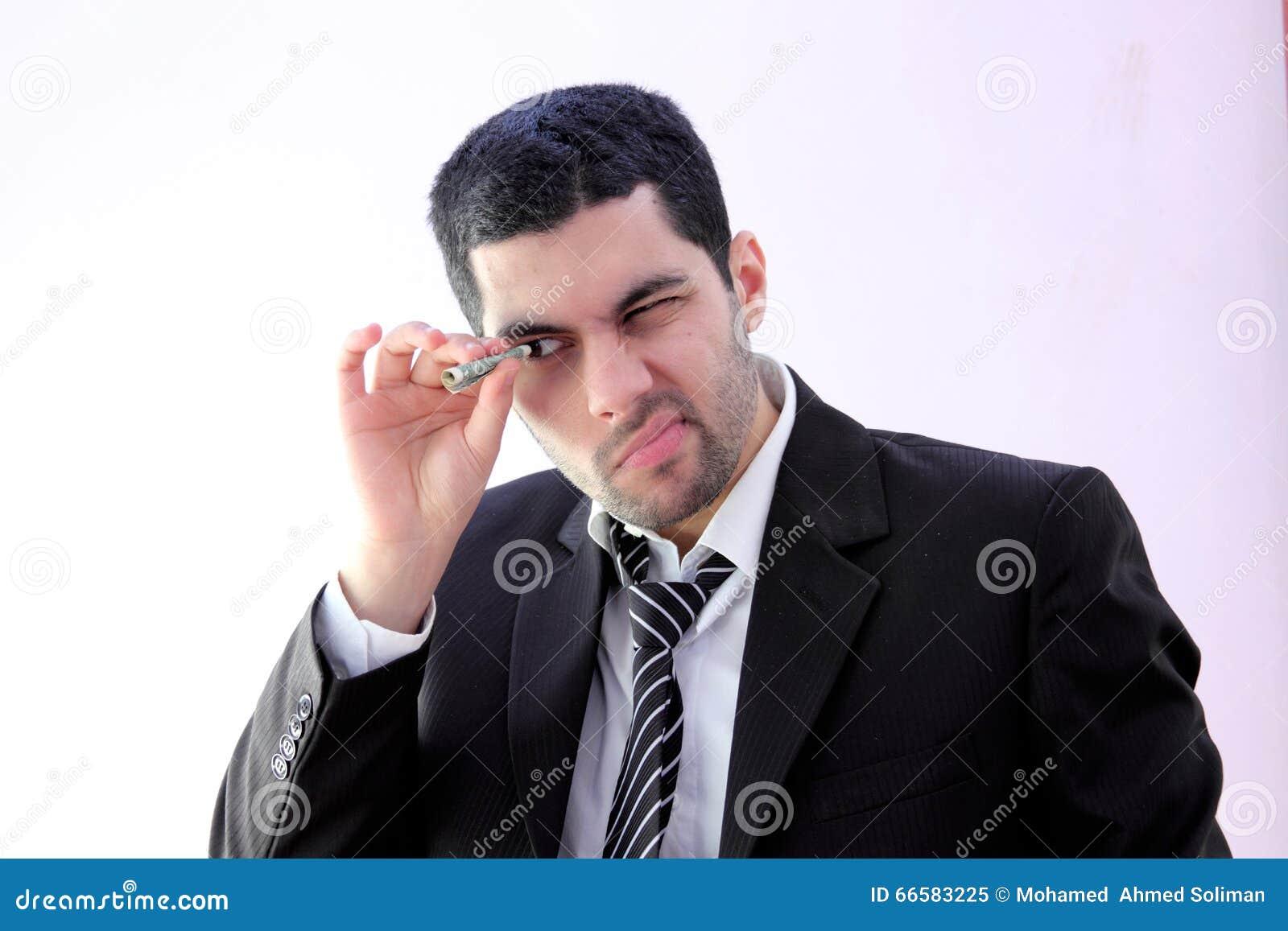 Арабский бизнесмен смотря через деньги